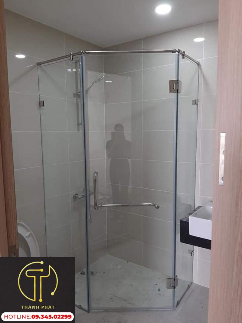mẫu phòng tắm kính 135 độ