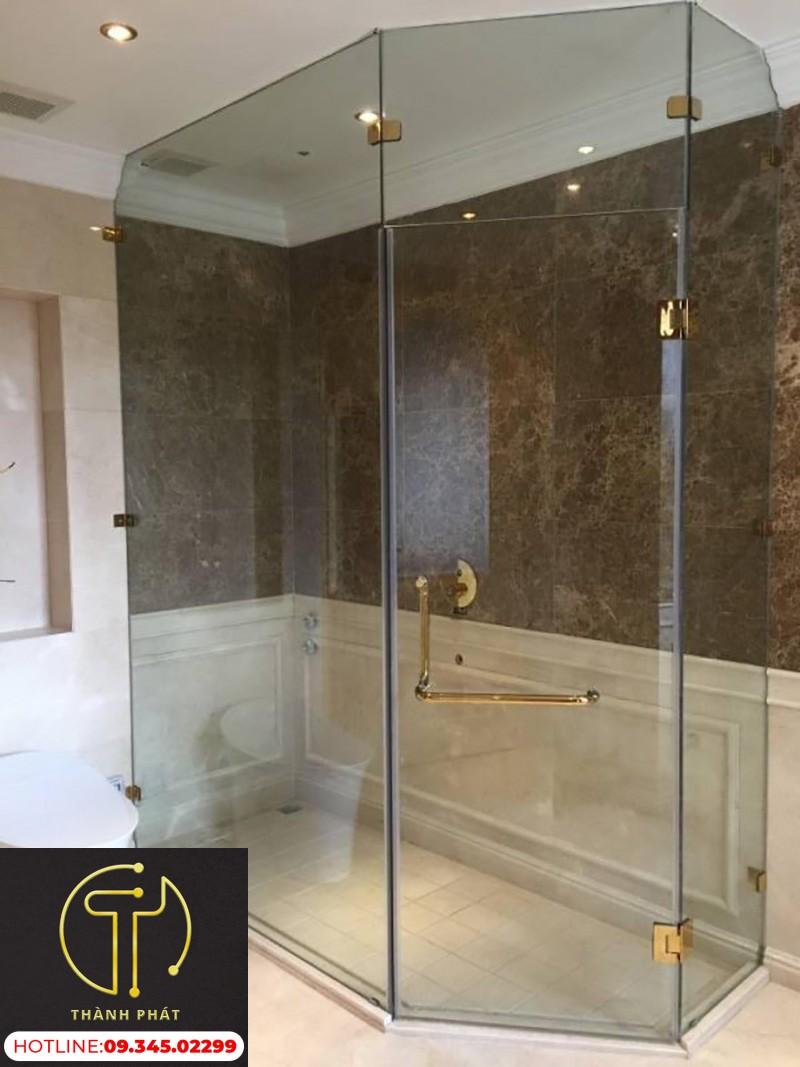 phòng tắm kính cường lực mạ xi vàng