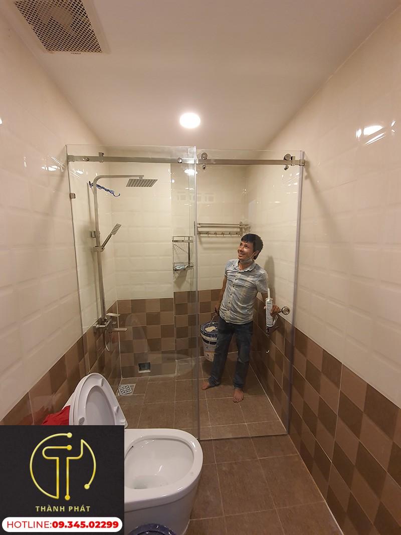 vách ngăn phòng tắm cửa lùa ray treo